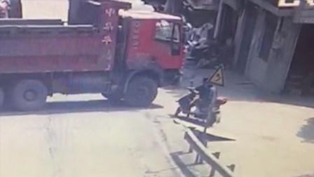【重庆】监拍!电动车驶入货车盲区险被卷入车轮下