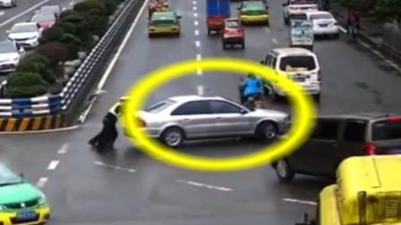 【重庆】轿车路口处抛瞄 交巡警帮忙推离保畅通