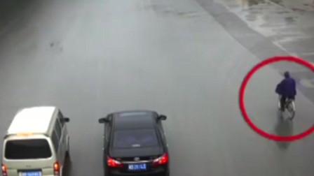 """男子骑自行车""""消失""""在两辆大货车中间,再出现竟成了这个样子!"""