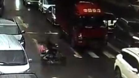 【重庆】惊险!电动车经过货车盲区险被卷入车底