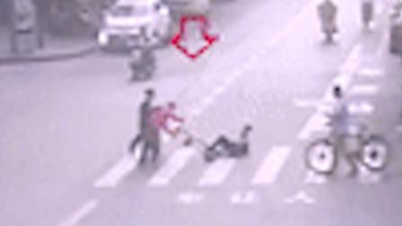 【重庆】女子骑滑板车撞倒老人 扶起老人后便一走了之