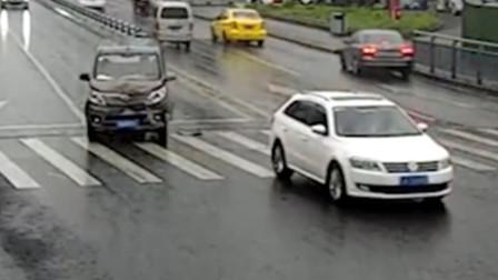 【重庆】未保持足够安全距离 面包车撞上前方轿车车尾