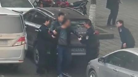 【重庆】嫌疑人散步散到警车前 一车民警下车将其抓获
