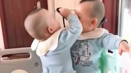 双胞胎兄弟俩打闹,上手不行就上口咬,要不是妈妈在,哥哥耳朵就遭殃了!