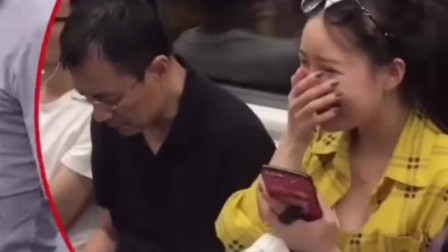 地铁上这位小哥哥,你是想笑屎旁边的小姐姐吗?