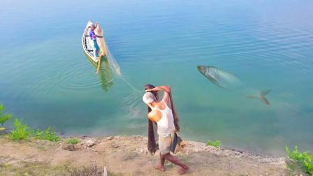 60岁大爷靠河里捕鱼为生,撒了两网,看看收获的鱼多么?