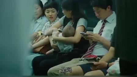 年轻的妈妈因为,在地铁上给孩子喂奶,竟遭年轻女子怼