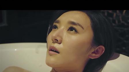 美女在浴缸泡澡, 流了鼻血!