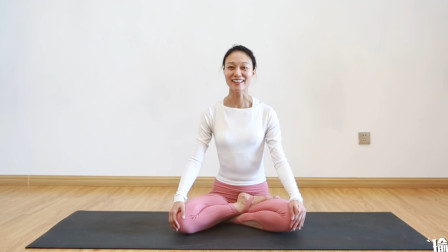 经典蝗虫式瑜伽体式,练臀瘦腰又开肩,7天练出好身材