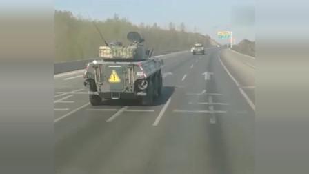高速路上偶遇一辆装甲车,没想到装甲车居然能跑这么快,货车都追不上它!