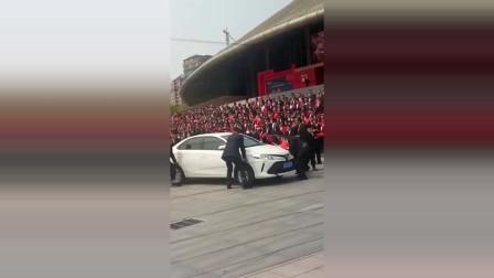 这就是乱停车的下场,众人齐抬一辆车,司机看到得心疼死!