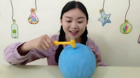 妹子吃创意蛋糕气球巧克力,砸开有惊喜,香甜味美吃得好开心