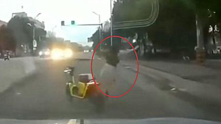 美女骑车闯红灯差点被撞 吓得直接弃车逃跑