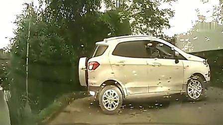 轿车凭空消失,要不是监控拍下,不知道女司机经历了什么!