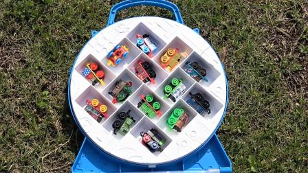 15辆托马斯小火车玩具在公园亲子英语学习颜色视频