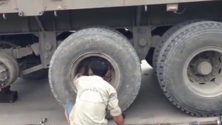 越南路边维修工修理大卡车轮胎, 凭他这技术, 一个月挣3万不是事