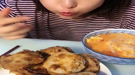 刚出锅的美味藕盒,吃货妹子大口享受,真好吃
