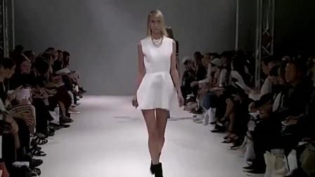 这白色连衣裙真的美得不要不要的,模特走秀也是很喜欢