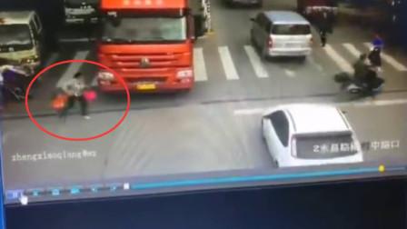 女子带小孩过马路时货车突然启动 二人被卷入车下身亡