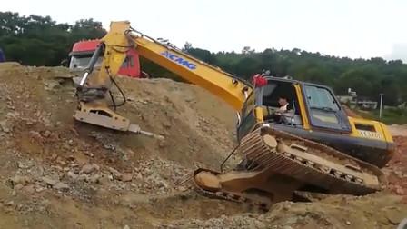 挖掘机的工作真的不容易,哥们,不要掉下去了!