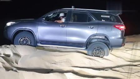 美式皮卡GMC挑战丰田穿越者沙漠越野,没想到差距既然这么大?