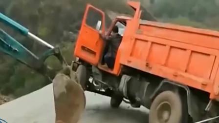 货车师傅,你赶紧下车吧,我可不保证能把你给救起来!