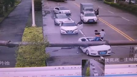 监控拍到天空坠物, 瞬间将车子压扁, 车主幸运逃过一劫