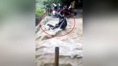 男子小瞧了洪水的威力,强行骑车通过,结果当场悲剧