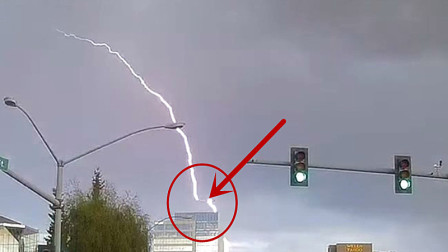 实拍:飞机低空飞行遭雷击,记录仪拍下全过程!