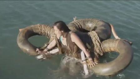 女孩被丢进海里喂鲨鱼,却突然觉醒超能力,操纵鲨鱼全灭反派军队