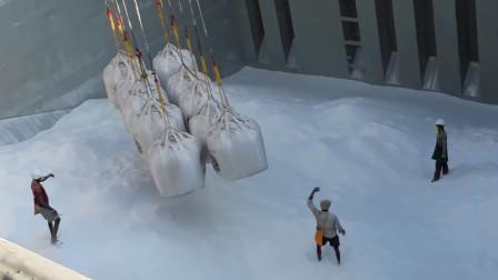 巨大的船仓,这样的吊装方式还是第一次见!