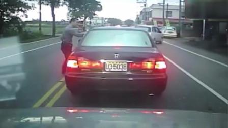 哥们练过呀!司机开车撞前面的人,没想到小伙