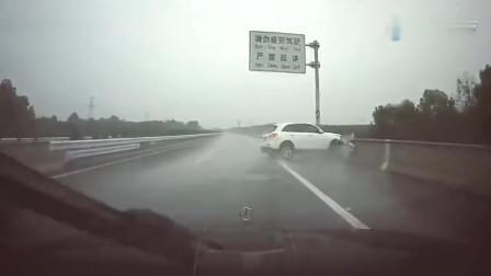 下雨天高速上狂飙,5秒后失控保险杠碎一地,奔驰默默飘过