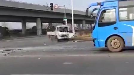 货车出车祸后,出现怪异一幕,为何一直不停转圈?