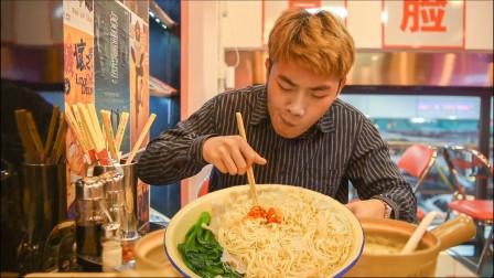 深圳一家碟子跟脸盆一样大的虾籽捞面,客人吃出儿时回忆
