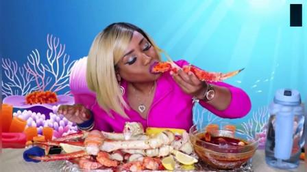 外国吃货直播吃帝王蟹,蘸上自己调的酱汁,大口大口的太美味了