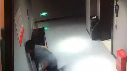 民警额头撞墙昏倒电梯口,仅4秒监控看得人心疼