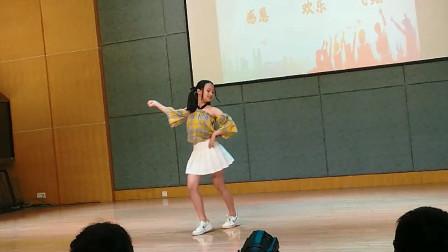 """小学生跳神曲舞蹈《极乐净土》信手拈来,王者实力成为校园""""舞王"""""""