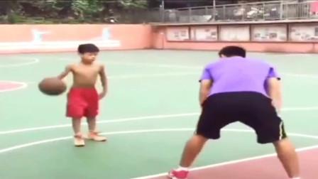 这孩子有前途,篮球技术非常了得:教练你尽管来,摸到球算我输!