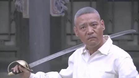 日本武士要处死老司令,却不知司令留有后手,瞬间将其反杀