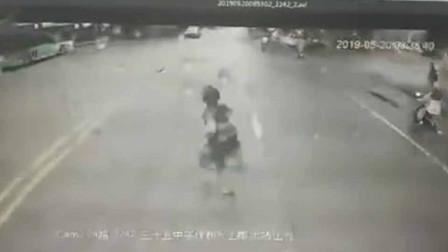 女子横过马路被公交车撞倒身亡 行车记录仪还原事发瞬间