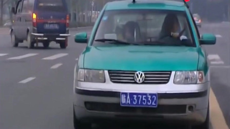 步步惊魂:女孩在出租车上抠脚,可把司机气坏了