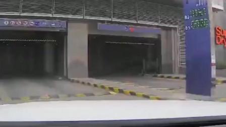 就想问问这停车场下坡是谁设计的,外墙全是刮痕,看记录仪都后怕