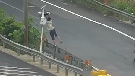 """高速上出现个""""人才""""竟下车去挡摄像头,没想到被对面全拍下"""