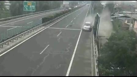 奥迪司机在高速上嘚瑟,下一秒直接被怼到桥下,视频拍下全过程