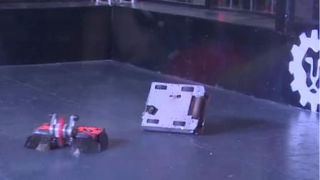 铁甲格斗进攻武器失灵,机器人:扶我起来我还能接着战