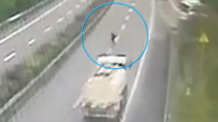 【重庆】八旬老人高速快车道步行 车来车往十分危险