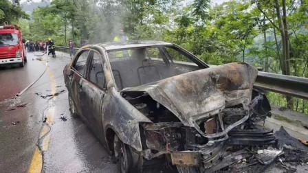 【重庆】轿车与越野车相撞后起火 扑灭时车已烧成光架