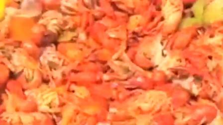 外国人是用这样的方式吃小龙虾的 简单粗暴!
