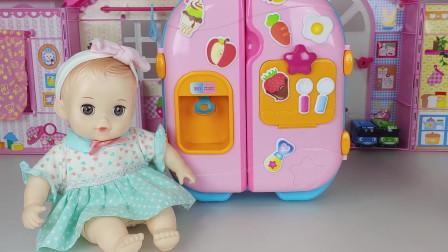 天气实在太热了,芭比娃娃在草莓汁里加了一些冰块来解暑